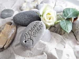 Dāvana jaunlaulātajiem - akmens ar iegravētu vārdu