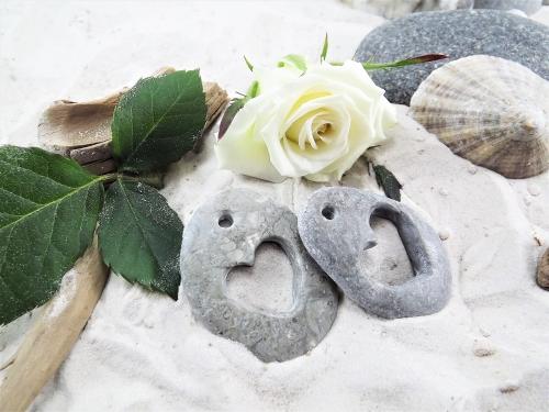Kāzu dekori no akmens - akmens ar izgrebtu sirds formu
